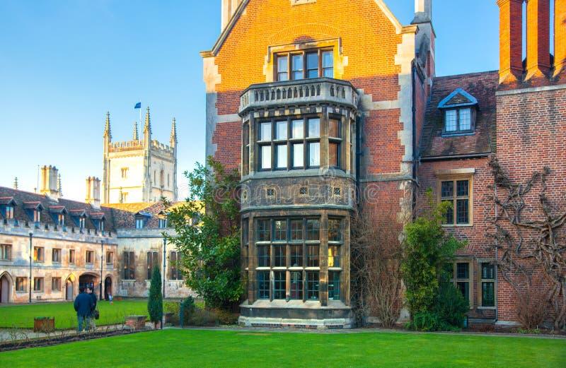 Pembrokeuniversiteit, universiteit van Cambridge De binnenbinnenplaats met kerk stock fotografie