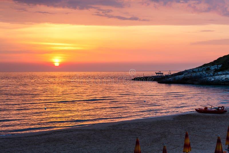 Península de Gargano da praia de Sfinale do nascer do sol do verão em Puglia, Itália fotos de stock royalty free