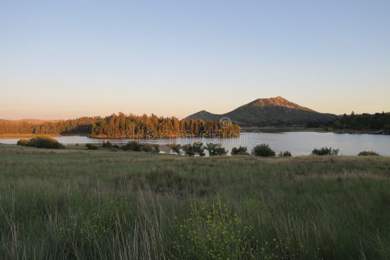 Península do bosque da montanha e do pinho acima do lago Cuyamaca imagem de stock