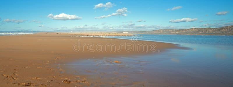 Península entre el río del Pacífico y de Santa Maria en Rancho Guadalupe Sand Dunes Preserve - costa central California los E.E.U fotografía de archivo libre de regalías
