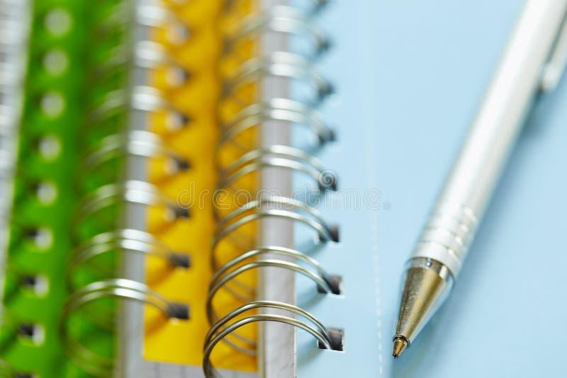 Pen bovenop ringsbindmiddelen royalty-vrije stock fotografie