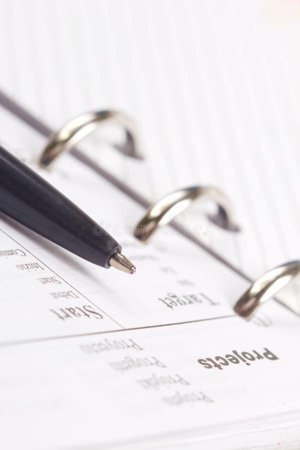 Pen die aan de tekst van Projecten op een notitieboekjepagina richt. royalty-vrije stock fotografie