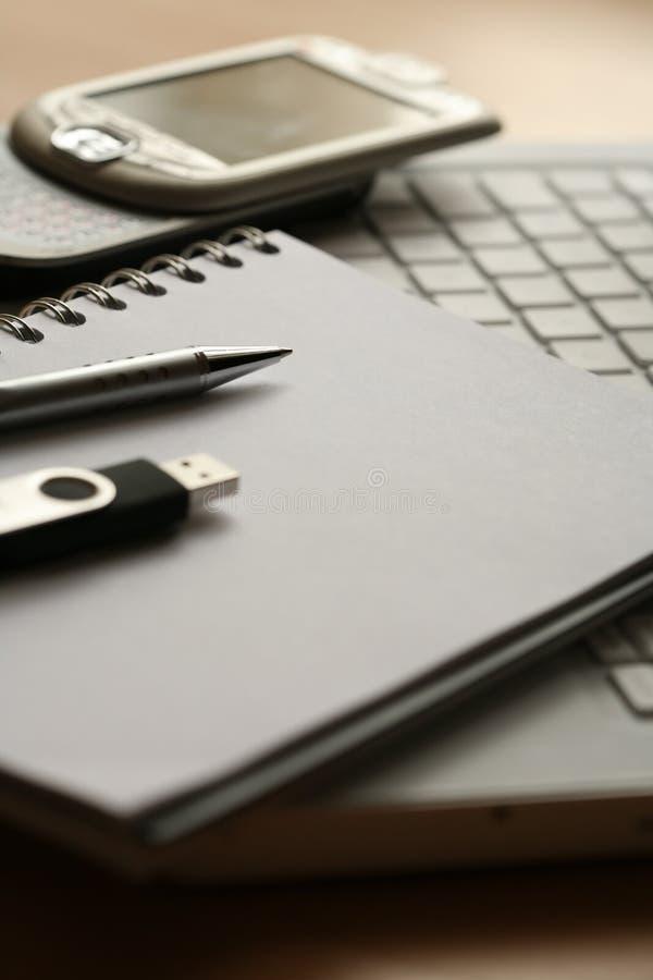 Pen, document, telefoon, computer en usb royalty-vrije stock afbeelding