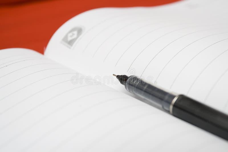 Pen in een boek stock foto's