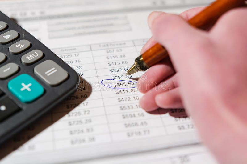 Pen en calculator op de lijst stock afbeelding