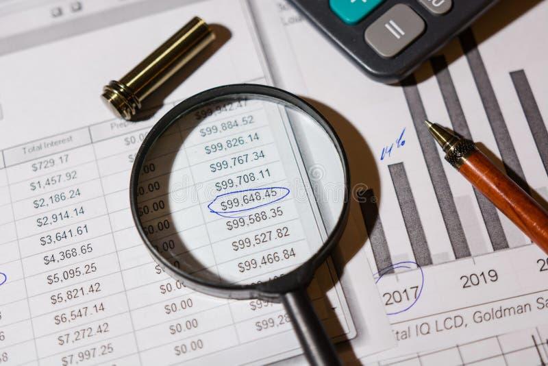 Pen en calculator op de lijst stock afbeeldingen