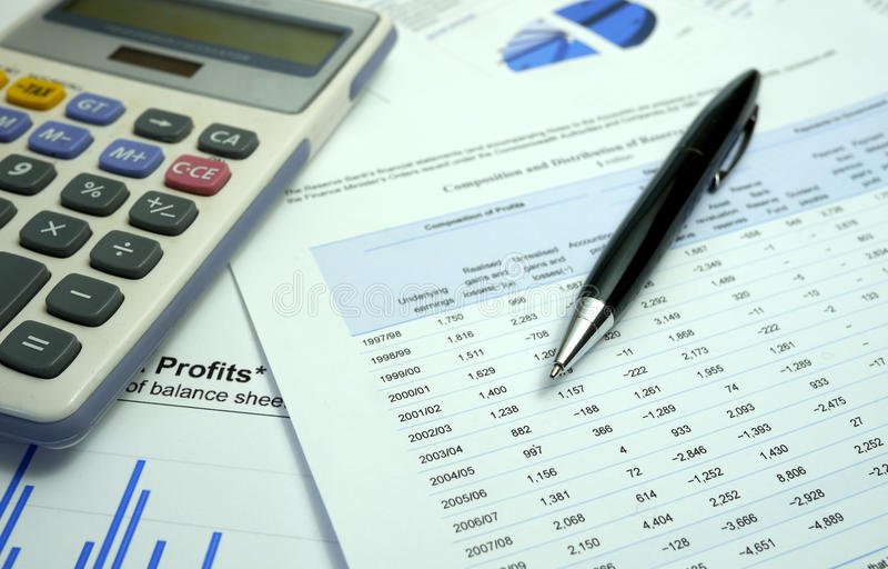 Pen en grafiek op financiële documenten met calculator royalty-vrije stock foto's