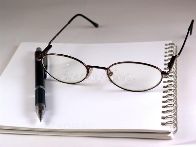 Pen en oogglazen stock foto's