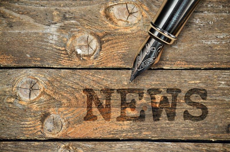 Pen en woordnieuws stock foto