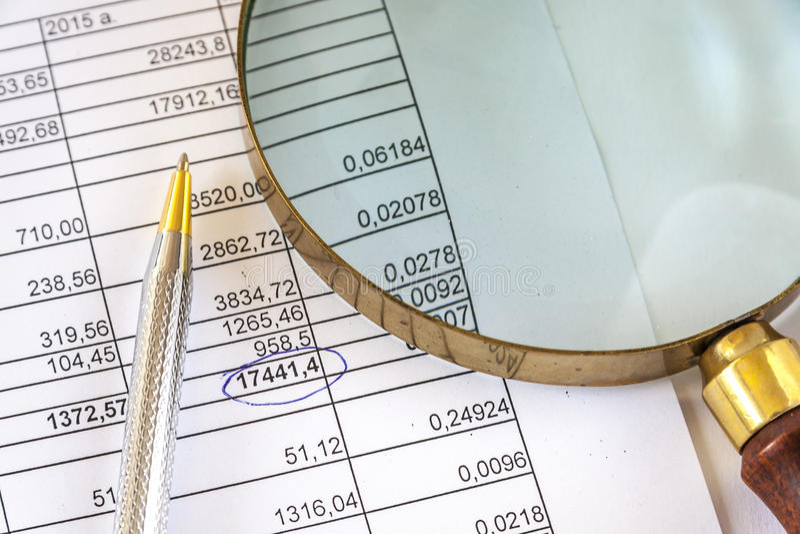 Pen With Magnifying Glass On-Bedrijfsdocument royalty-vrije stock afbeelding