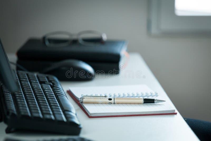 Pen met nota over creatief bureau royalty-vrije stock foto's