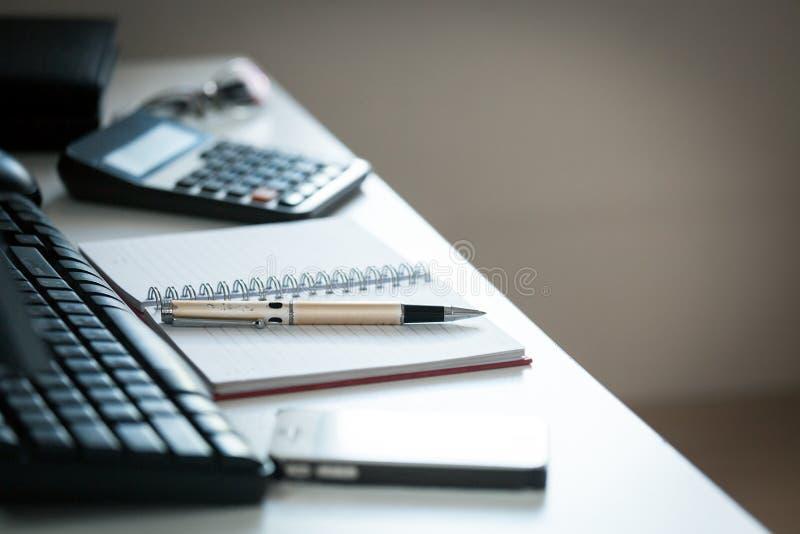 Pen met nota over creatief bureau royalty-vrije stock afbeelding