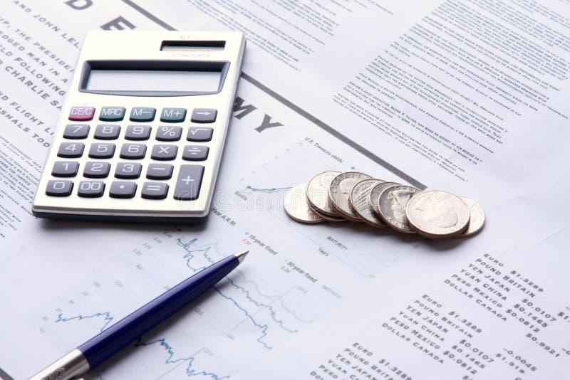 Pen, muntstukken en calculator royalty-vrije stock foto