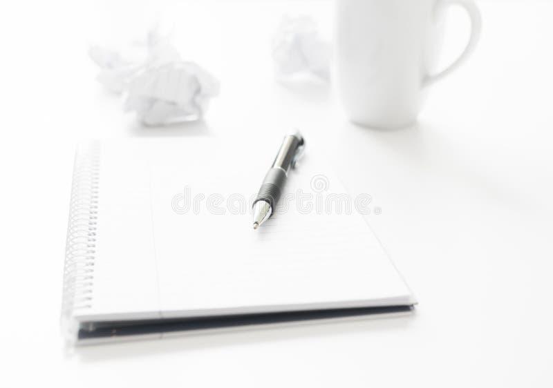 Pen Notepad e carta sgualcita fotografia stock libera da diritti