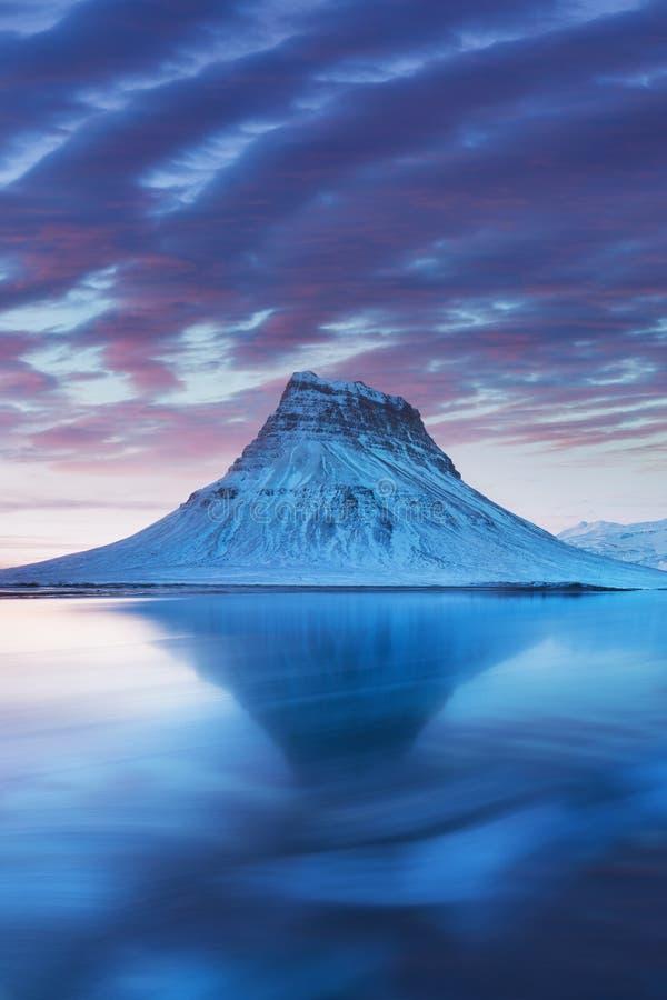 Pen?nsula de los snaefellsnes de Islandia y Kirkjufell famoso Kirkjufell es una monta?a derecha maravillosamente formada y sim?tr imágenes de archivo libres de regalías