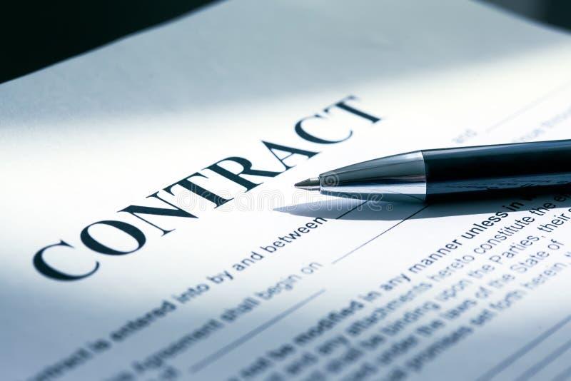 Pen op contractdocumenten royalty-vrije stock afbeeldingen