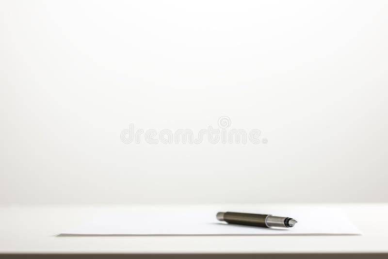 Pen op een blad van leeg Witboek stock foto's
