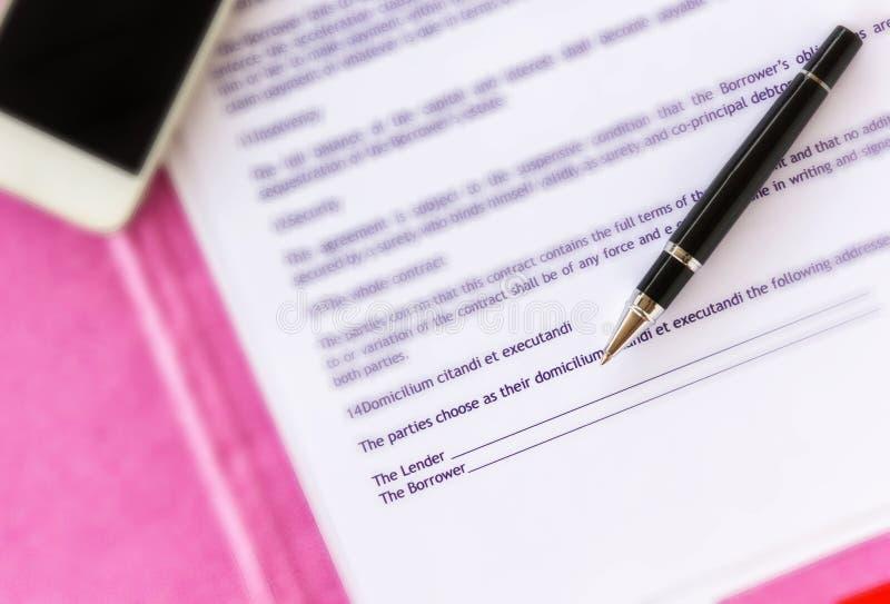 Pen op geldlening of borrow document bij lege handtekening wordt geconcentreerd die royalty-vrije stock afbeeldingen