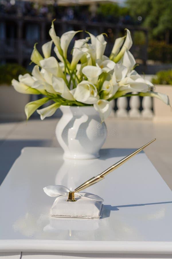Pen op witte lijst met bloemboeket stock fotografie