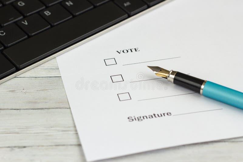 Pen voor het schrijven op een houten lijst met een document voor een handtekening stock afbeeldingen