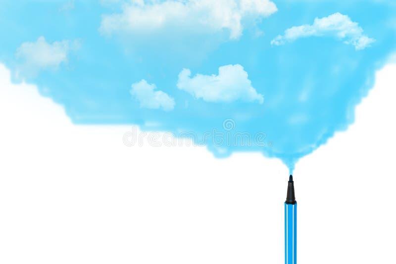 Pena azul mágica que tira o céu azul e as nuvens brancas fotografia de stock