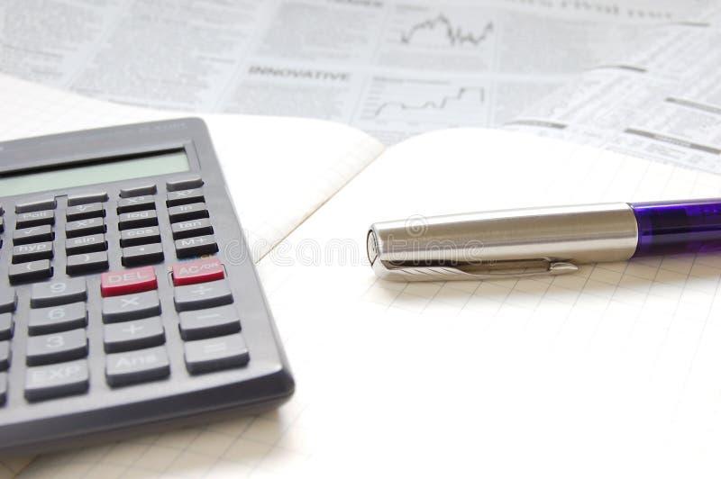 Pena, calculadora e papel de negócio imagem de stock