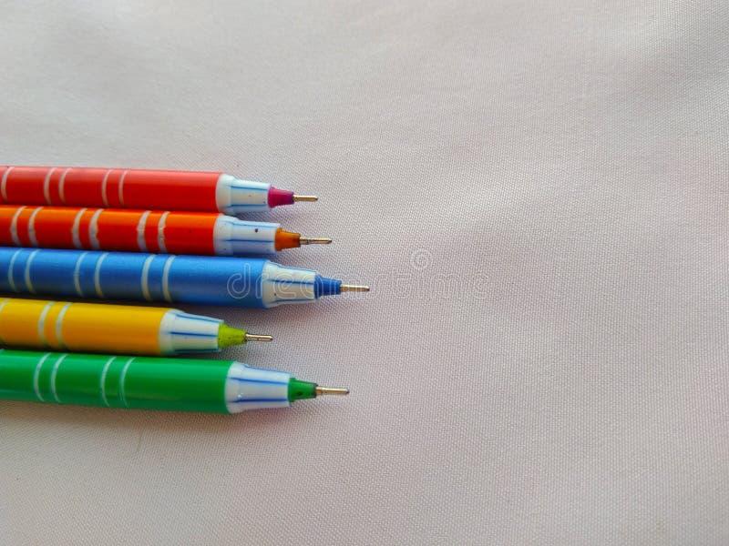 Pena colorida com o tampão isolado fotos de stock royalty free