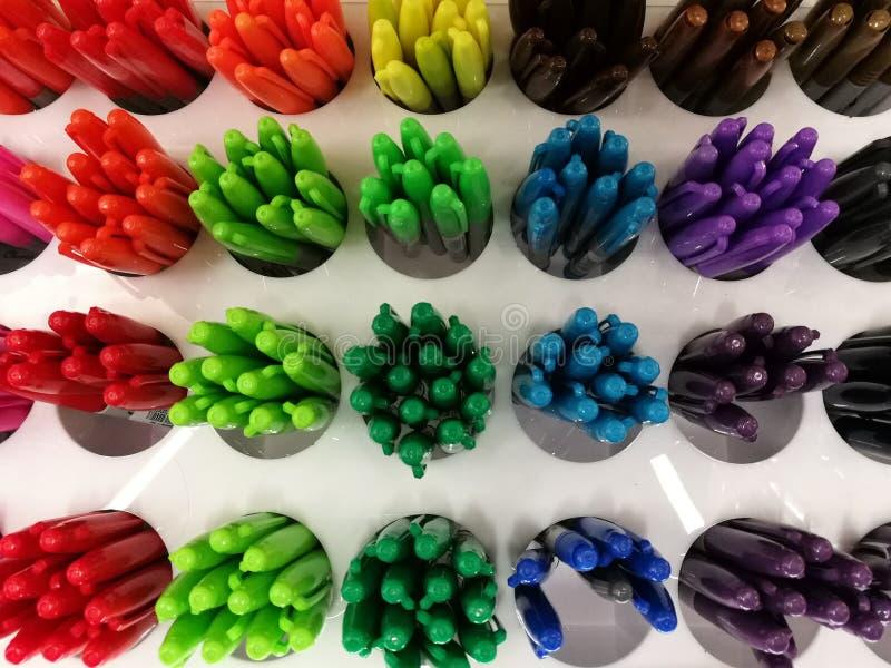 Pena colorida em prateleiras na pena de bola do bule do foco-em-primeiro plano da loja ou do armazém dos artigos de papelaria com fotografia de stock