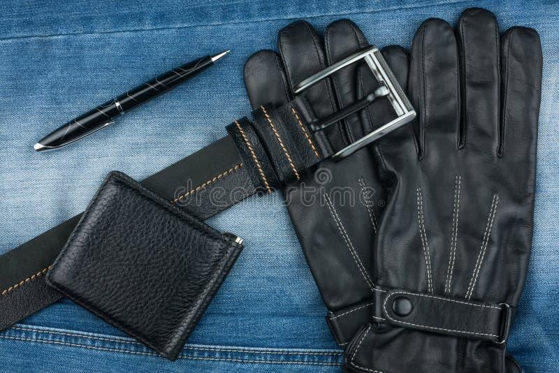 Pena, correia, luvas e bolsas foto de stock