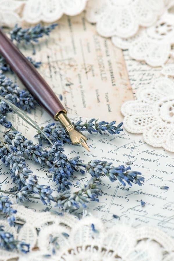 Pena da tinta do vintage, flores secadas da alfazema e cartas de amor velhas imagens de stock
