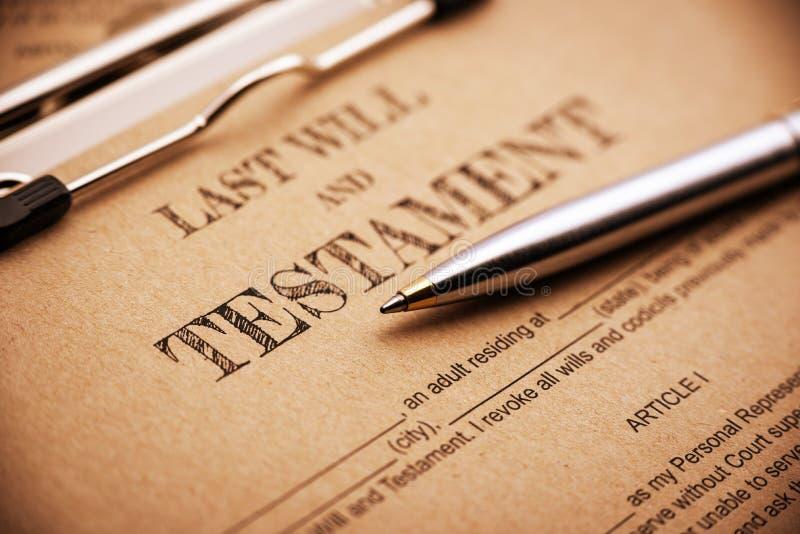 A pena de esferográfica azul e um último e testamento em uma placa de grampo fotos de stock royalty free