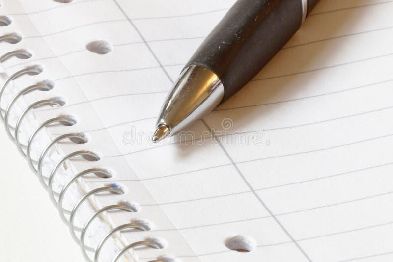 Pena de esferográfica no papel vazio imagens de stock
