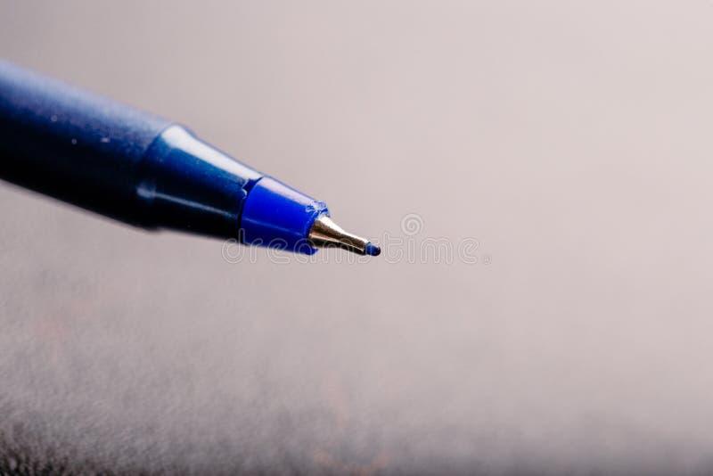 Pena de esferográfica plástica azul automática com o trajeto de grampeamento no fundo preto Fim acima fotografia de stock