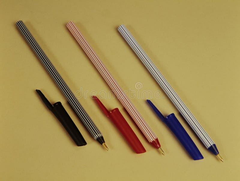 Pena de esferográfica vermelha, azul e preta dos artigos de papelaria e dos materiais de escritório imagens de stock
