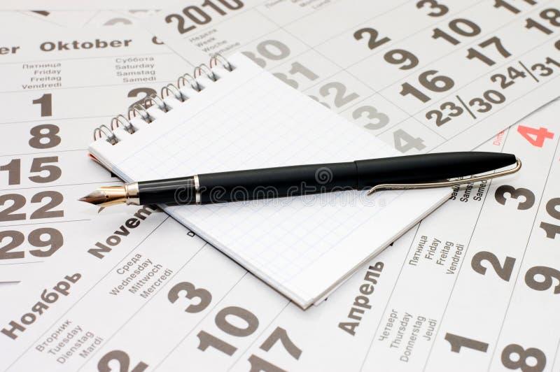 Pena de fonte e espiral em branco - bloco de notas encadernado fotografia de stock royalty free