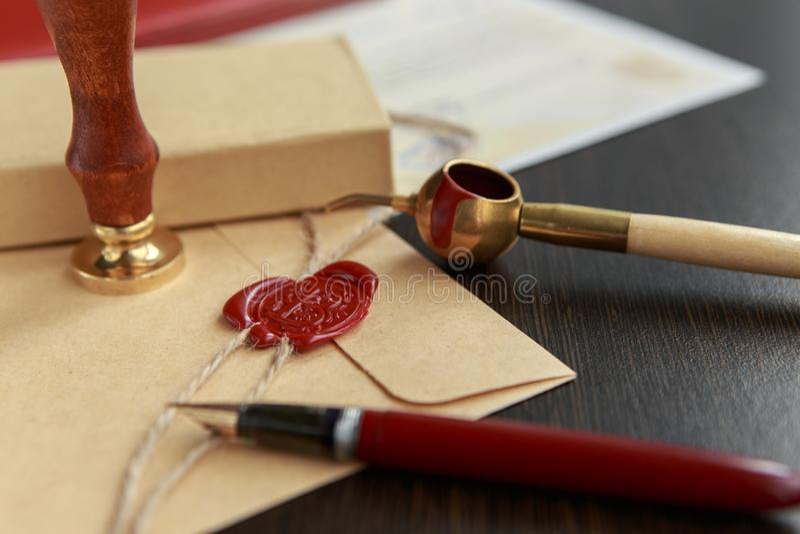 Pena de fonte e selo notarial velho da cera no original, close up foto de stock royalty free