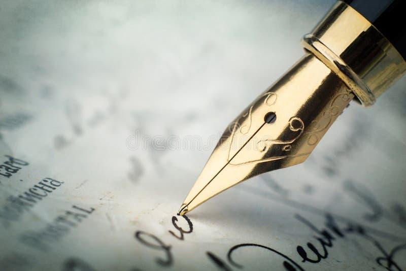 Pena de fonte em letra escrita à mão do vintage Backg velho da história imagens de stock royalty free