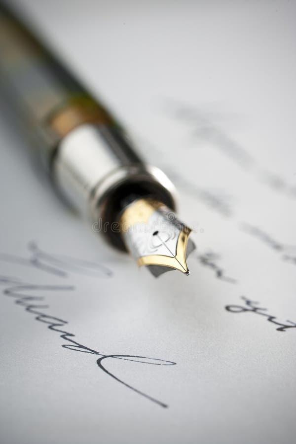 Pena de fonte na letra escrita foto de stock royalty free