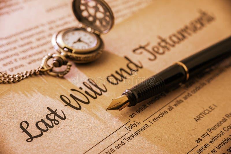 A pena de fonte, um relógio de bolso em um último e testamento foto de stock