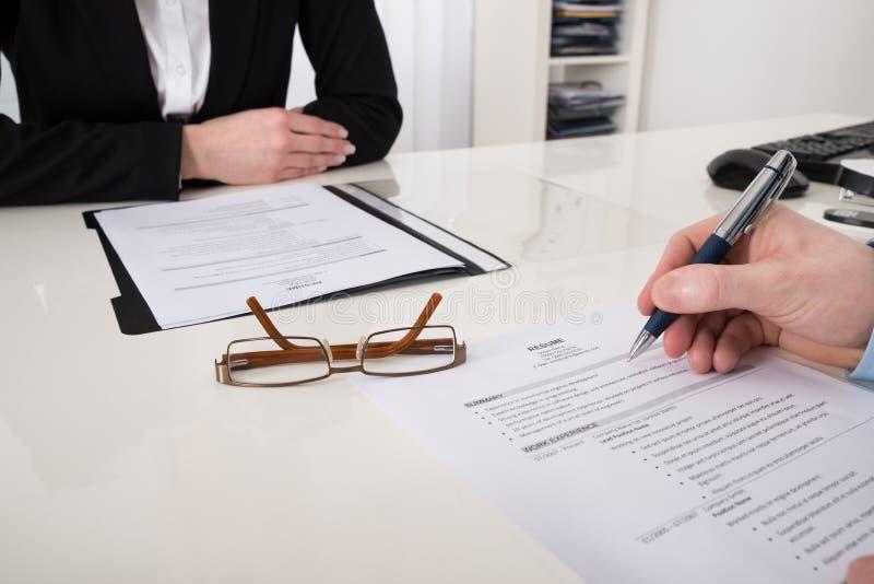 Pena de With Resume And do empresário foto de stock
