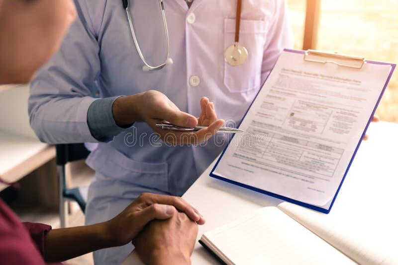 Pena de terra arrendada da mão do doutor que aponta a lista da história paciente no pa da nota imagens de stock royalty free