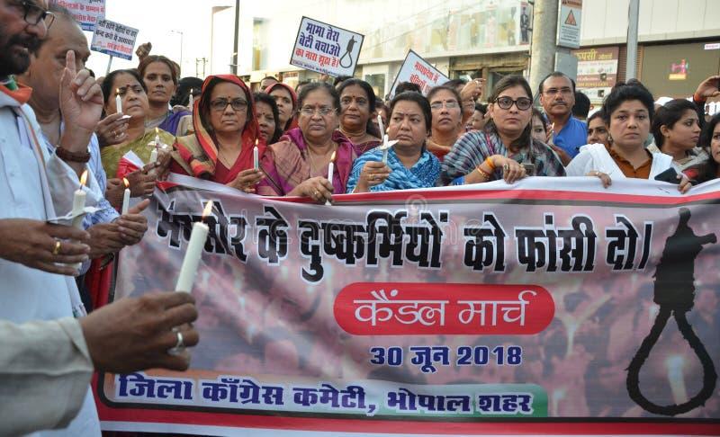 Pena di morte esigente contro gli stupratori immagini stock libere da diritti