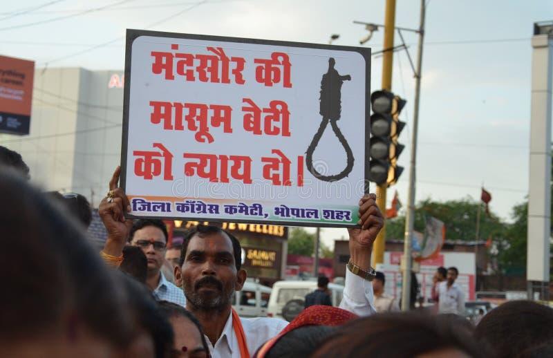 Pena di morte esigente contro gli stupratori fotografie stock