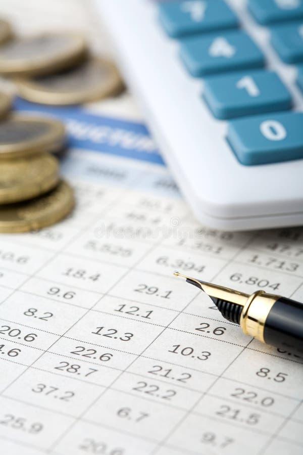 Pena, dinheiro e calculadora fotos de stock