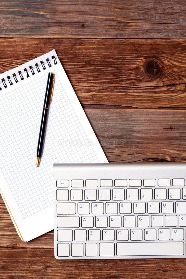 Pena do caderno e teclado de computador imagens de stock