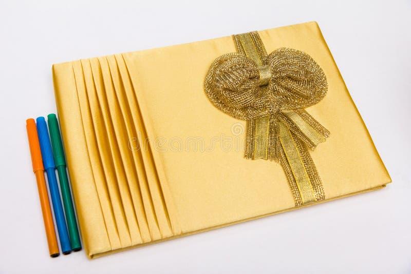 Pena do livro de hóspedes e da cor no fundo branco na cerimônia de casamento imagem de stock royalty free