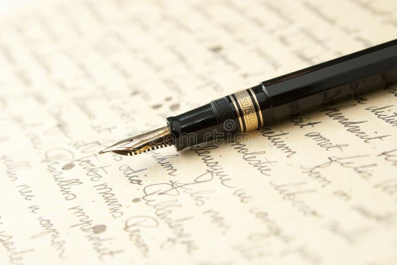 Pena do ouro com letra e escrita fotografia de stock royalty free