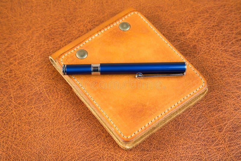 Pena e caderno na tampa de couro imagens de stock