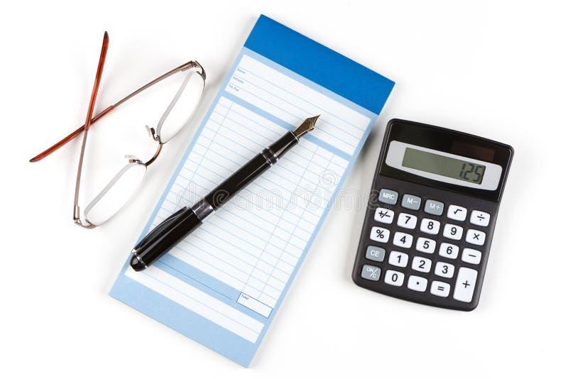 Pena e calculadora de fonte do livro de recibo fotografia de stock