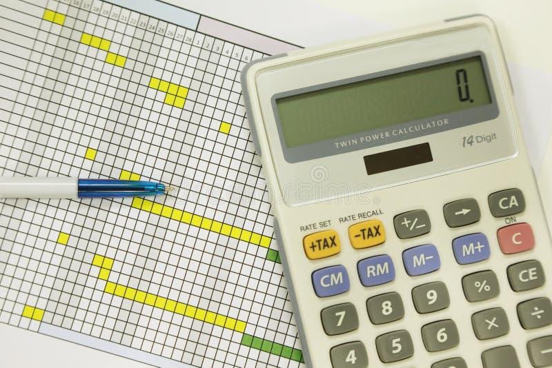 Pena e calculadora para o cálculo financeiro foto de stock